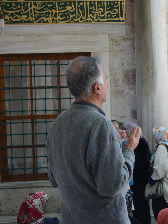 Muslimimies tekee pyyntörukousta Abu Ayyub Al-Ansarin hautakammion edustalla