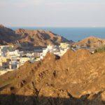 Muscat vuorien välissä meren äärellä