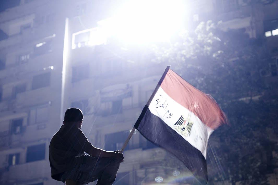 Poika pitelee lippua Tahririn aukiolla