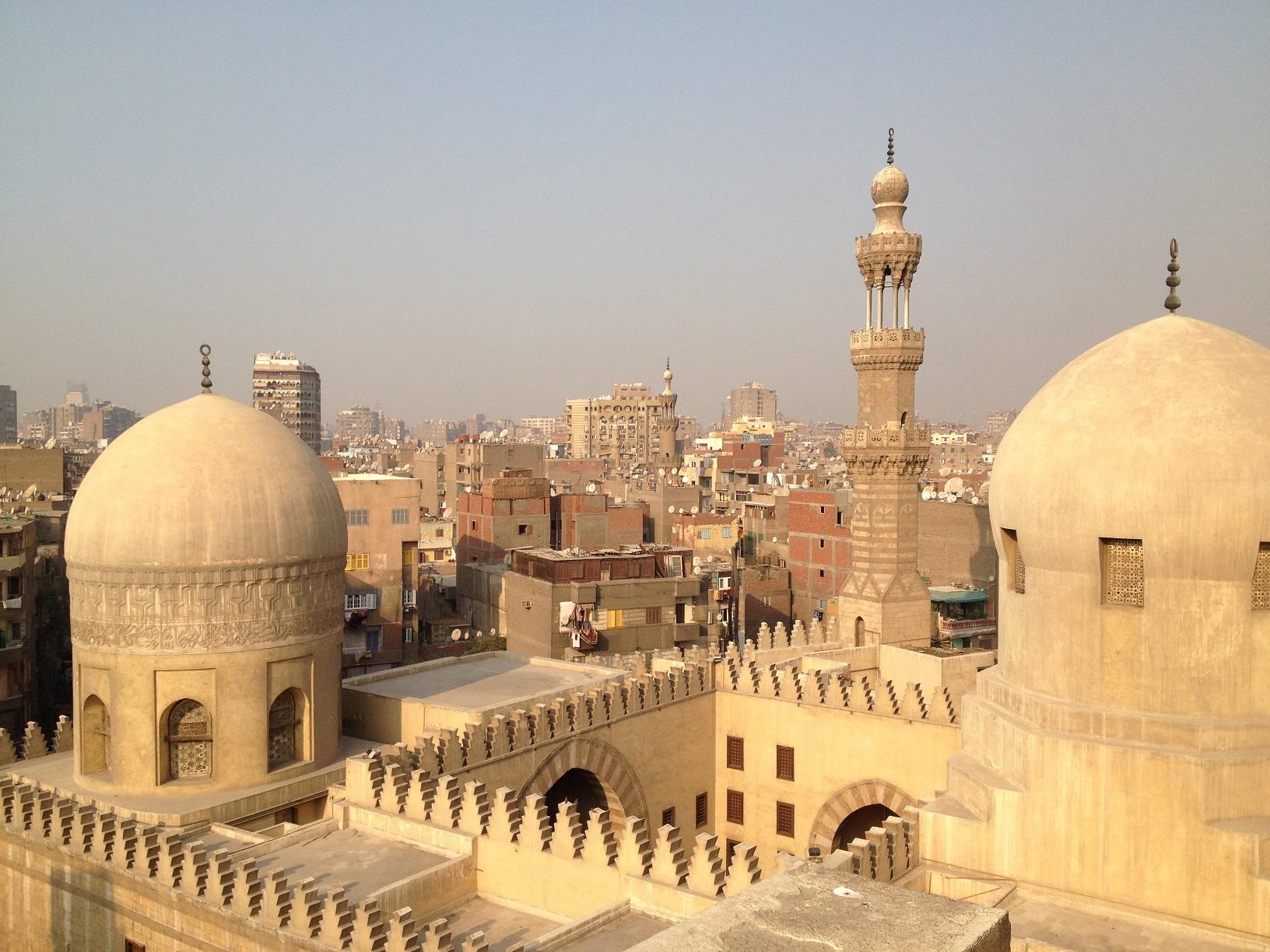 Moskeija ja kaupunki taustalla