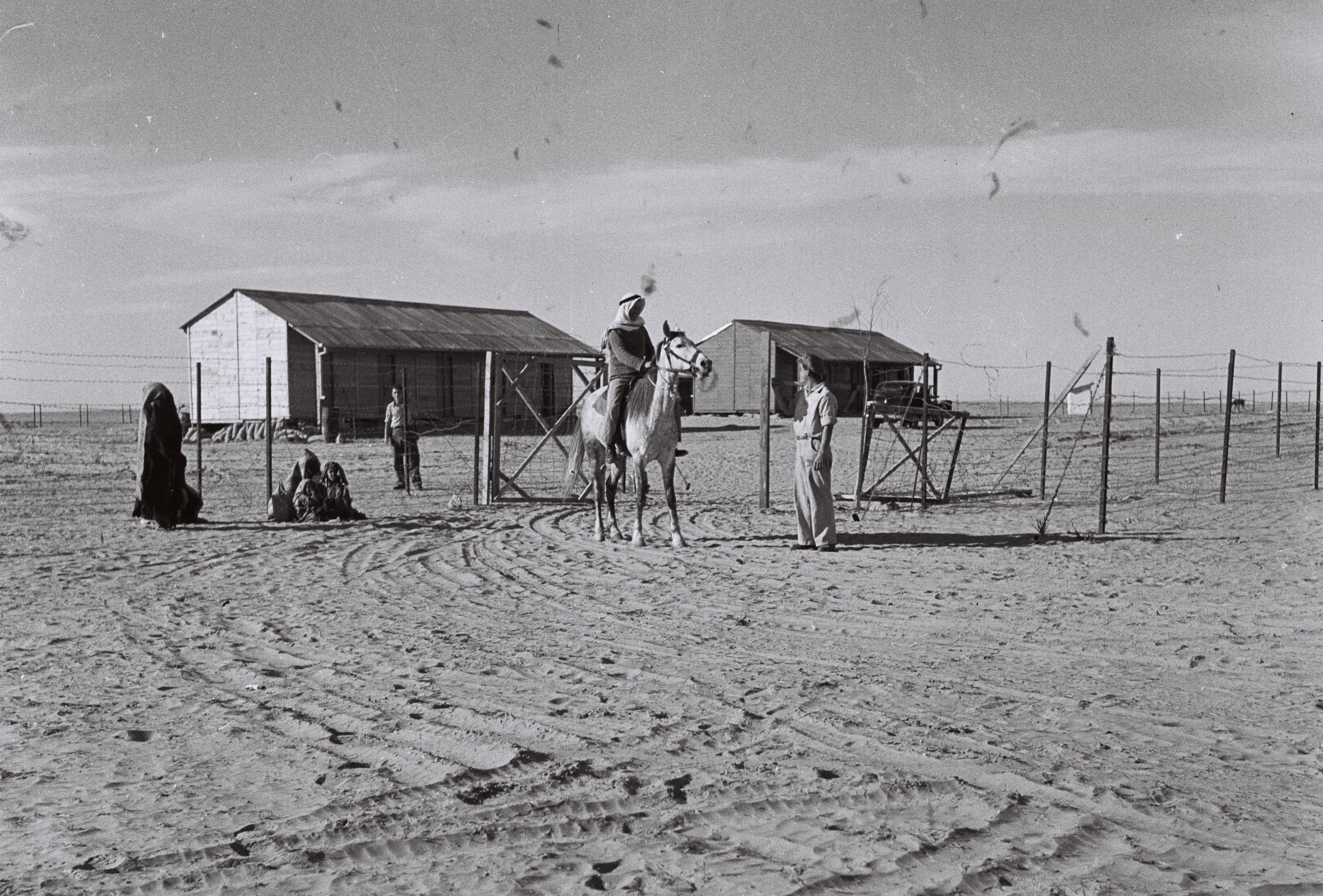 Beduiiniperhe Urimin kibbutsin porteilla Negevin autiomaassa 1946