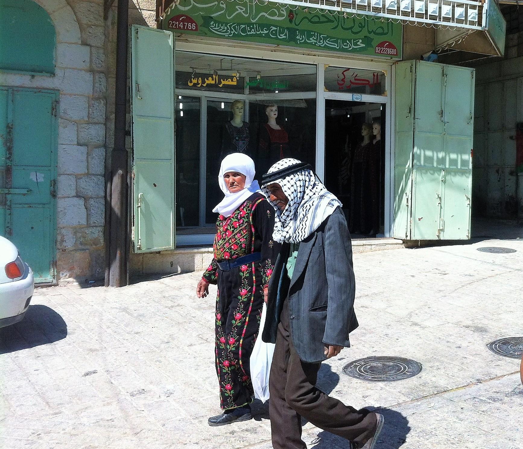 Palestiinalaispari kävelemässä kadulla