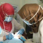 Hammaslääkäri ja -hoitajat työssään