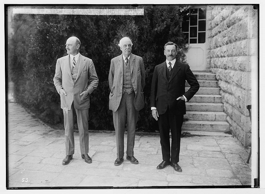 Mustavalkokuva, Balfour ja kaksi muuta miestä