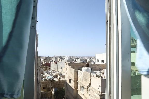 Näkymä Irbidin pakolaisleirille toimiston ikkunasta Kuva Hussein Amri