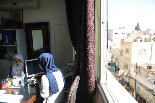 Sosiaalityöntekijä Roqaia neuvoo edunsaajaa Kuva Hussein Amri