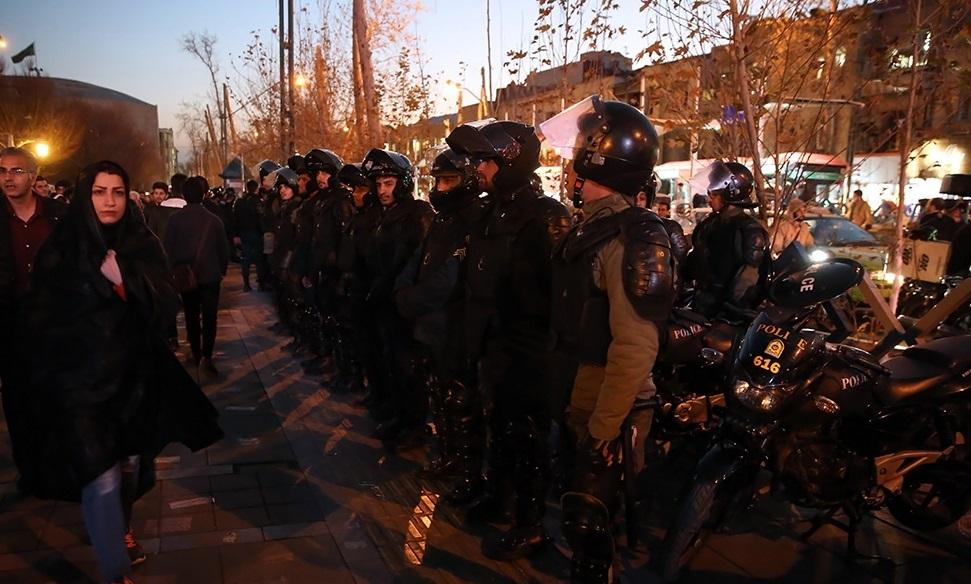Poliisit rivissä protestin aikana