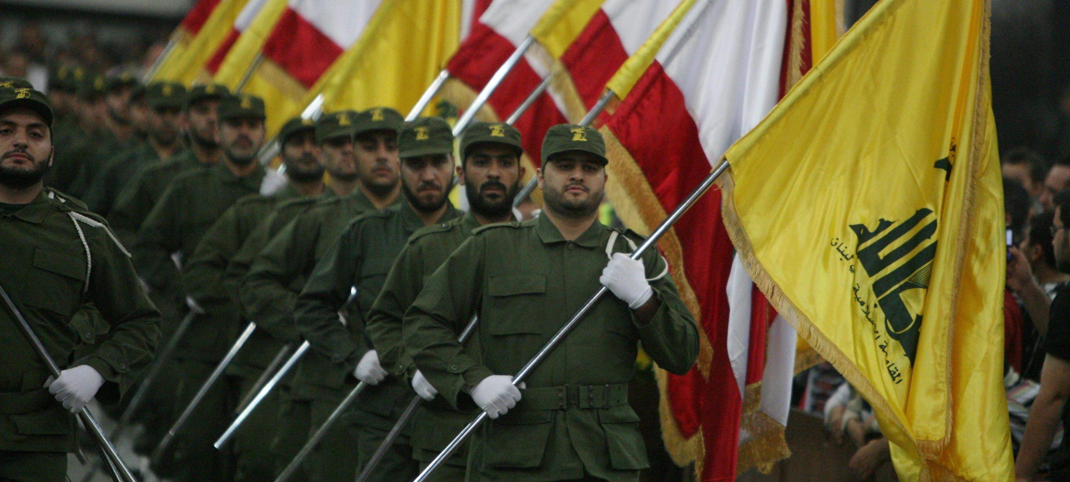 Hizbollah-sotilaita marssimassa lippujen kanssa
