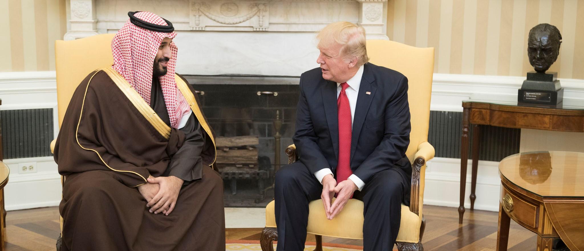 Donald Trump keskustelemassa Mohammed bin Salmanin kanssa