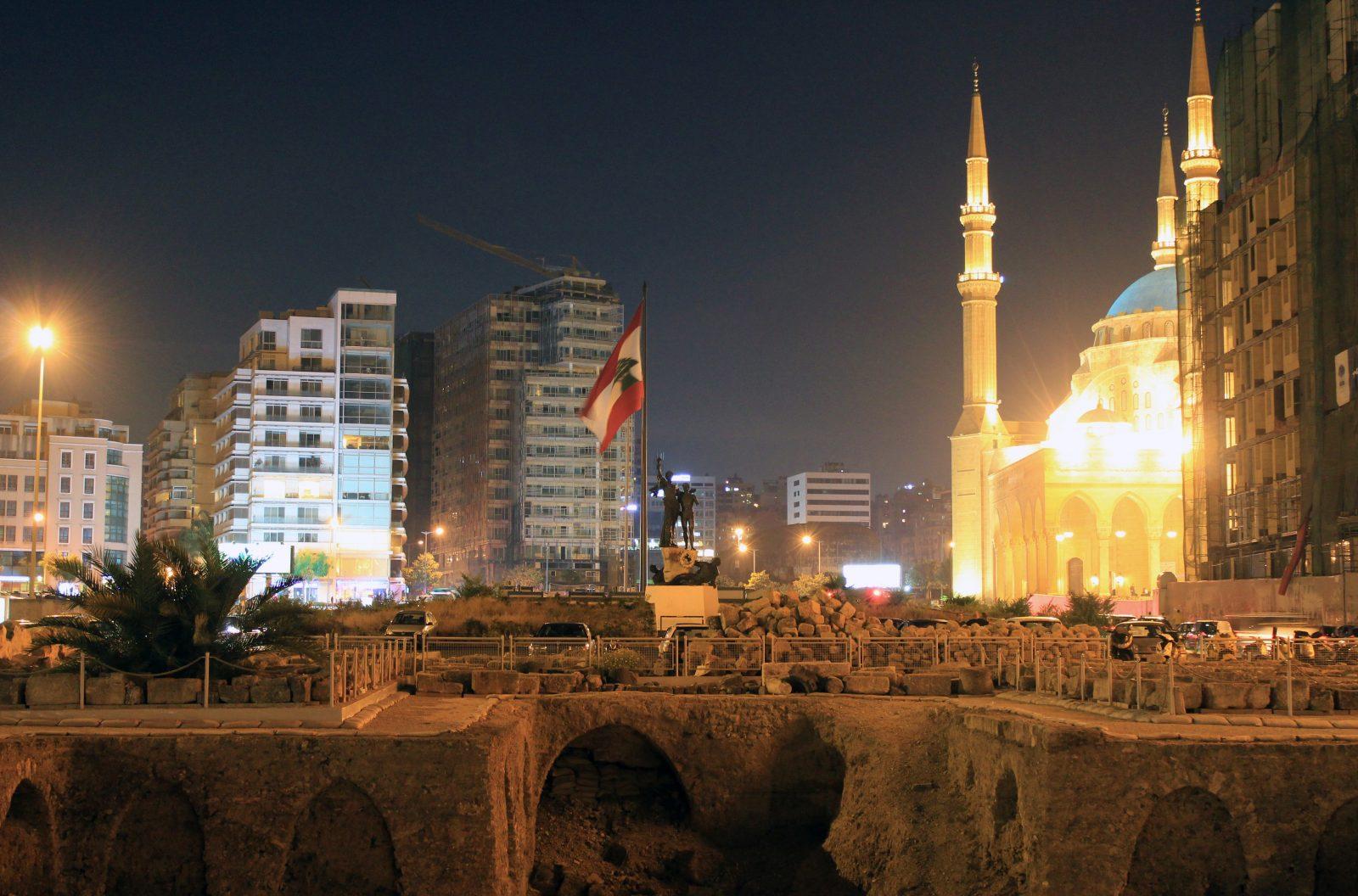 Kuva Beirutin keskustasta yövalaistuksessa