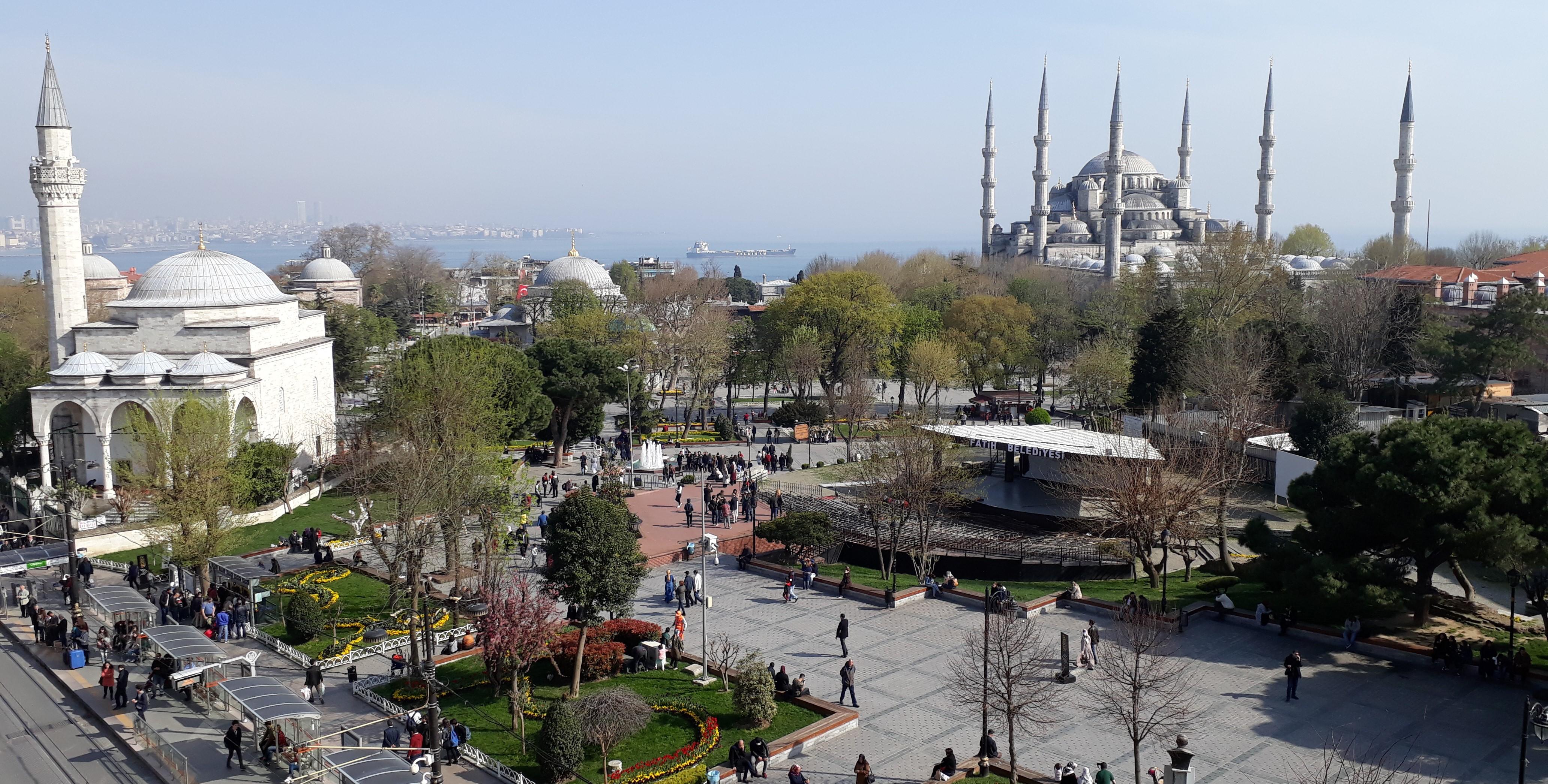 Kuva puiston ja moskeijoiden ylitse, taustalla meri