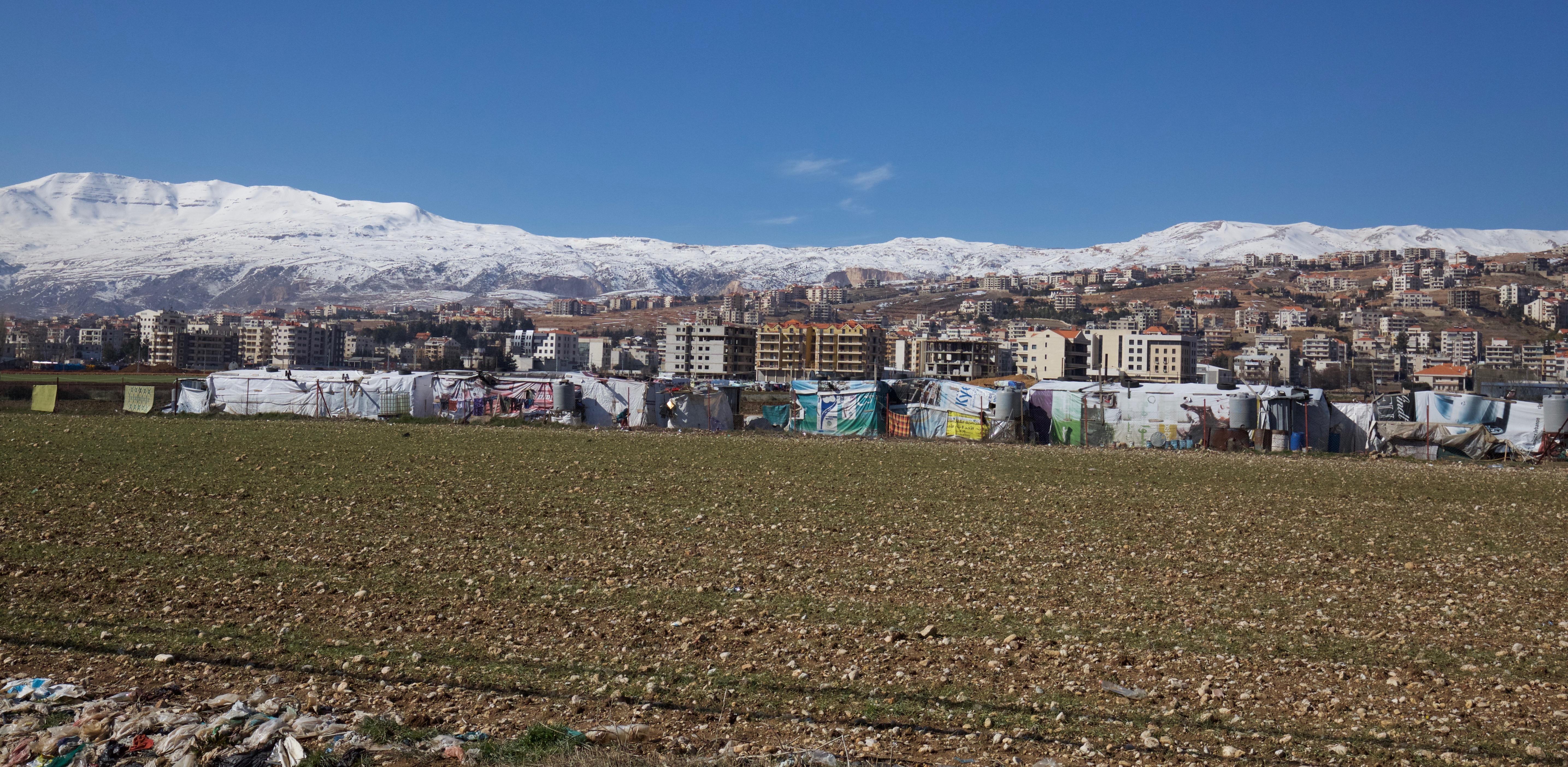 lumihuippuisia vuoria ja taloja