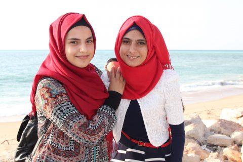 tyttöjä rannalla