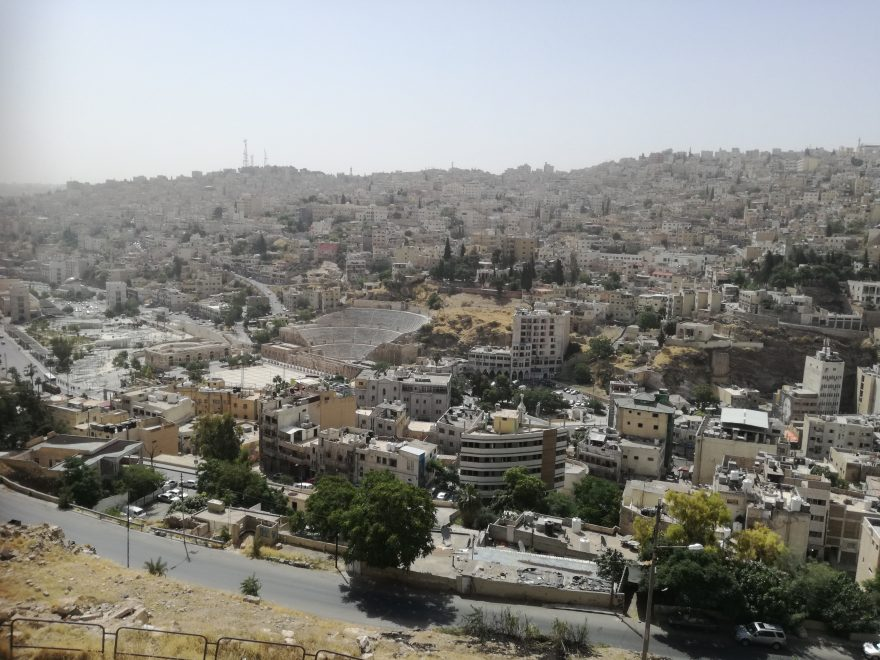 Amman keskipäivän auringossa