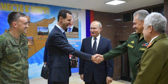 Assad ja venäläinen kenraali kättelevät