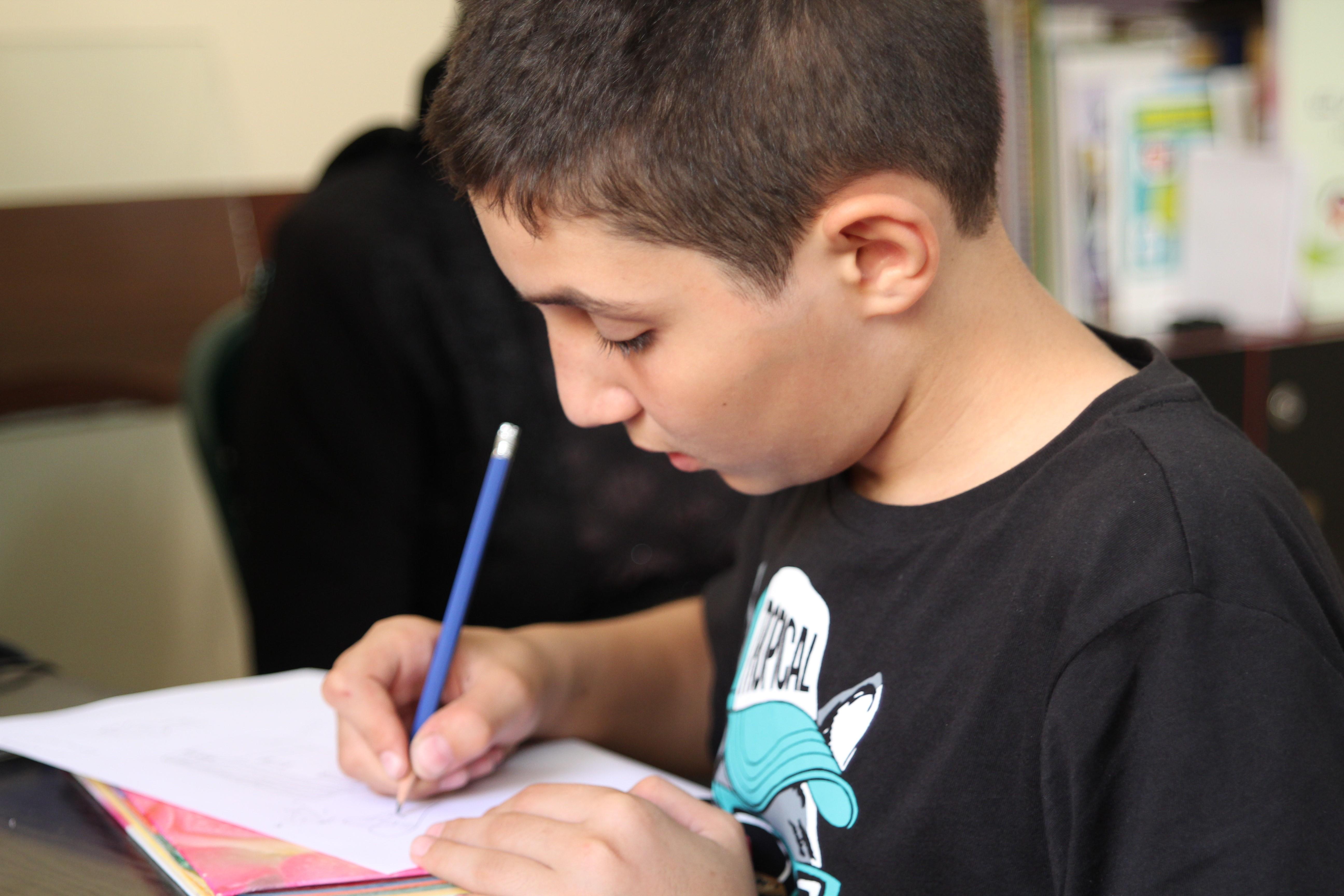 poika kirjoittaa kirjettä