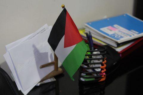 Palestiinan lippu pöydällä