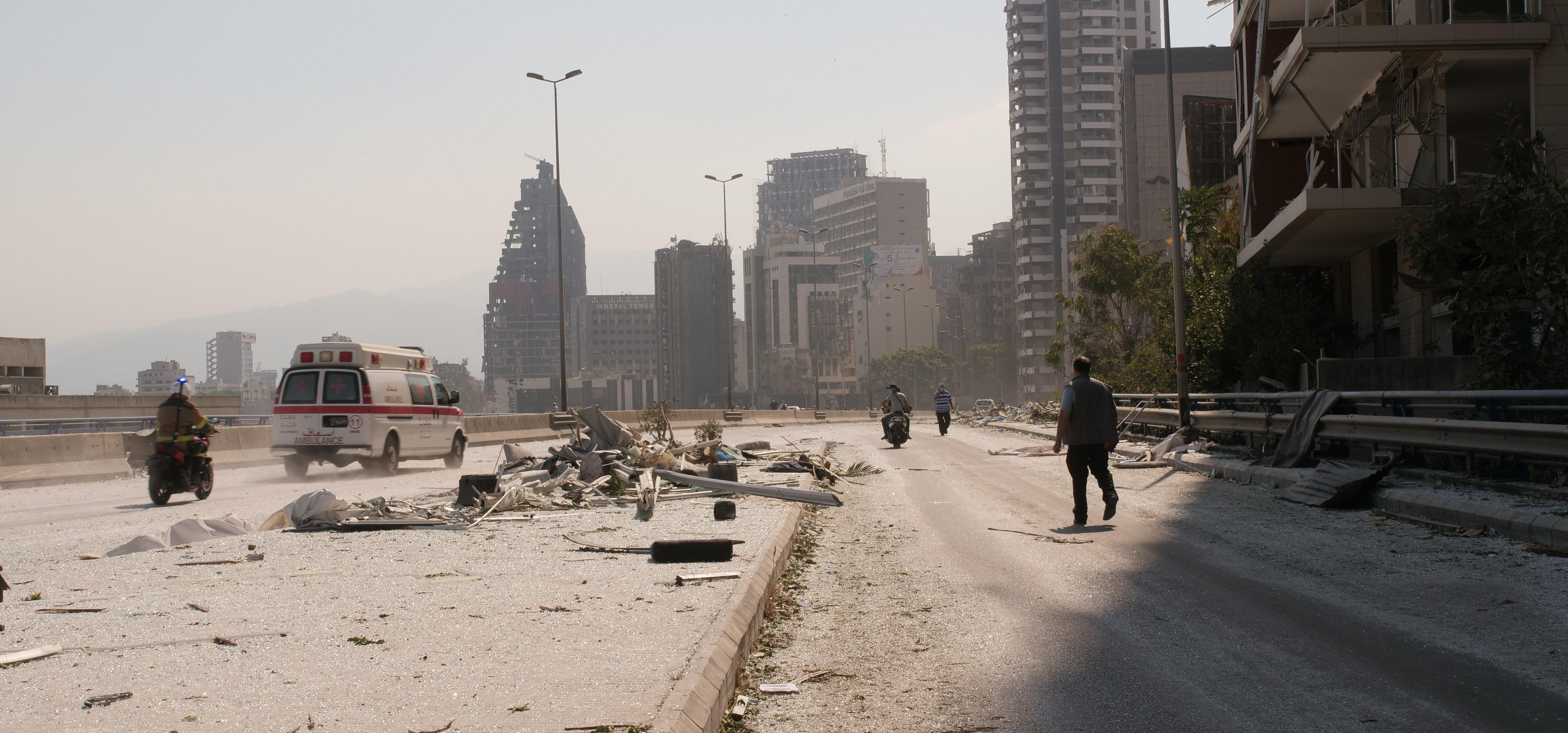 räjähdyksen jälkiä Beirutin valtatiellä