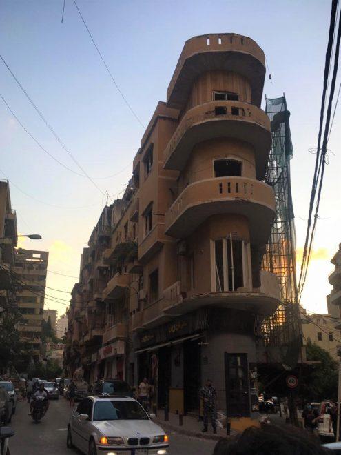 Räjähdyksessä vahingoittunut pikaruokaravintola Beirutissa