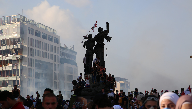 Mielenosoittajia ja monumentti Beirutin Marttyyrien aukiolla