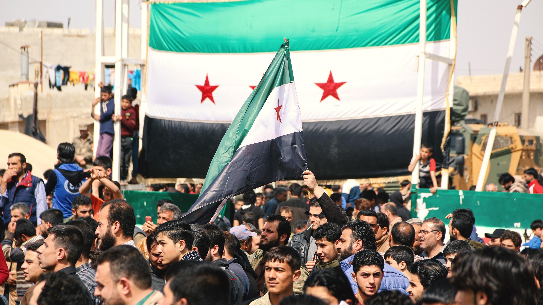 Väkijoukko ja Syyrian lippu