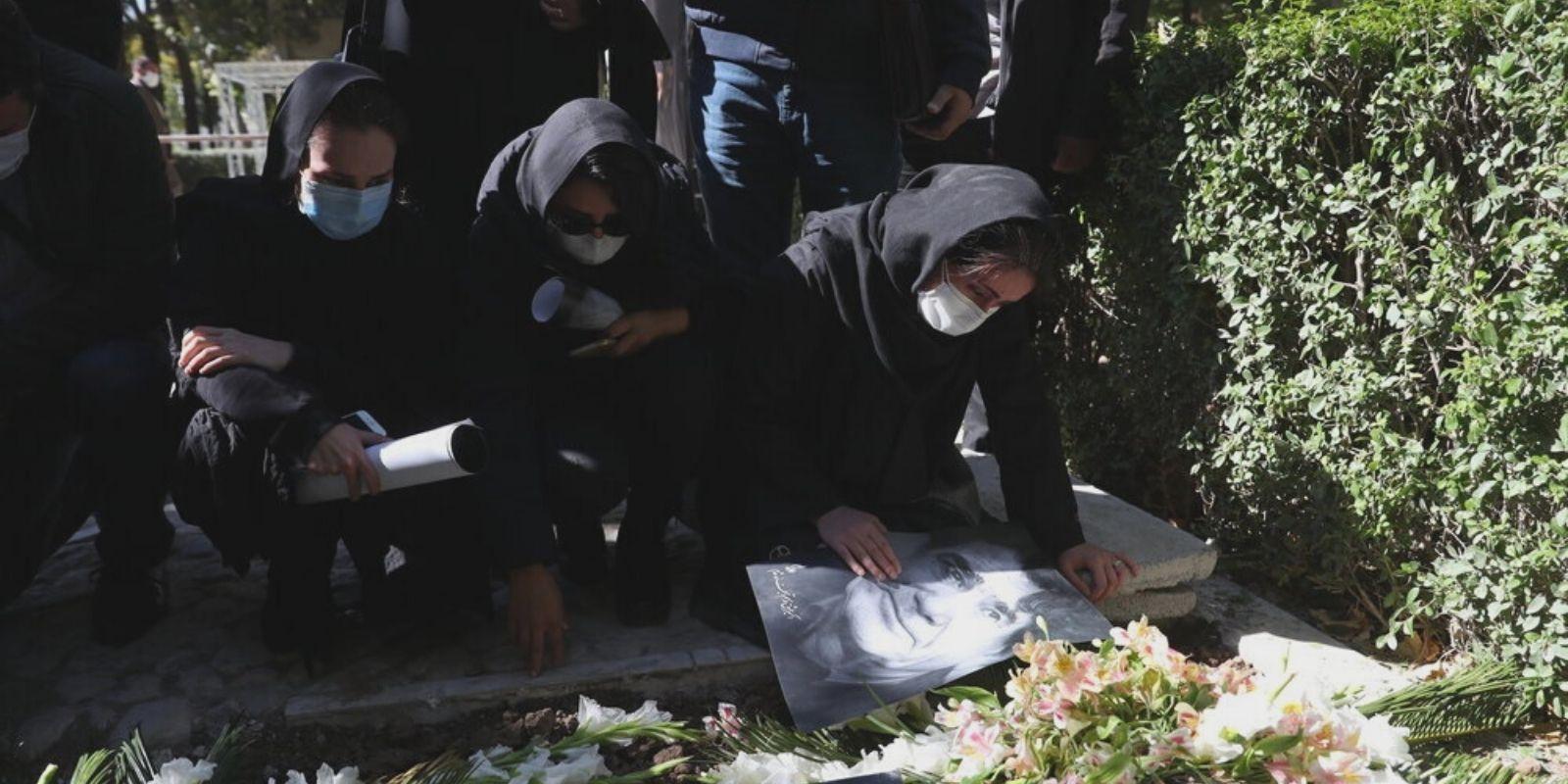 Iranilaiset surevat Shajarianin haudalla