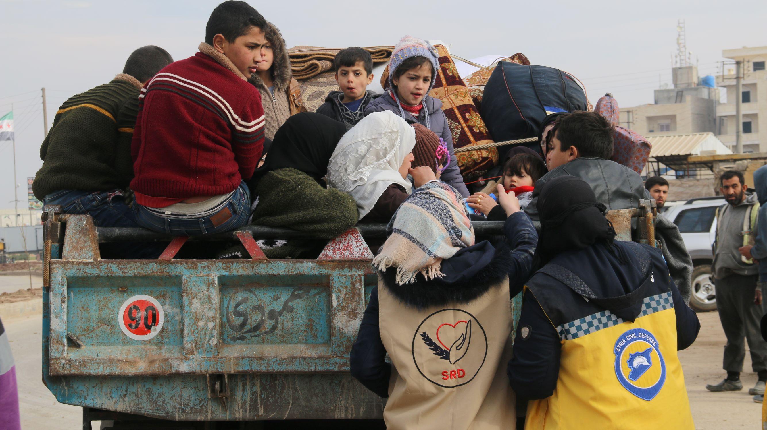 Syyrialaiset avustusjärjestöt jakavat apua pakolaisille.