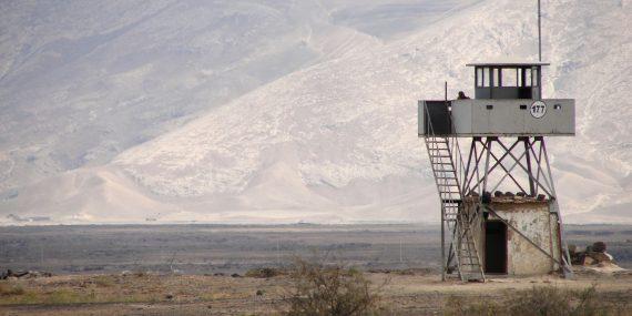 Vuoristomaisema, jonka oikeassa reunassa on tarkkailutorni.